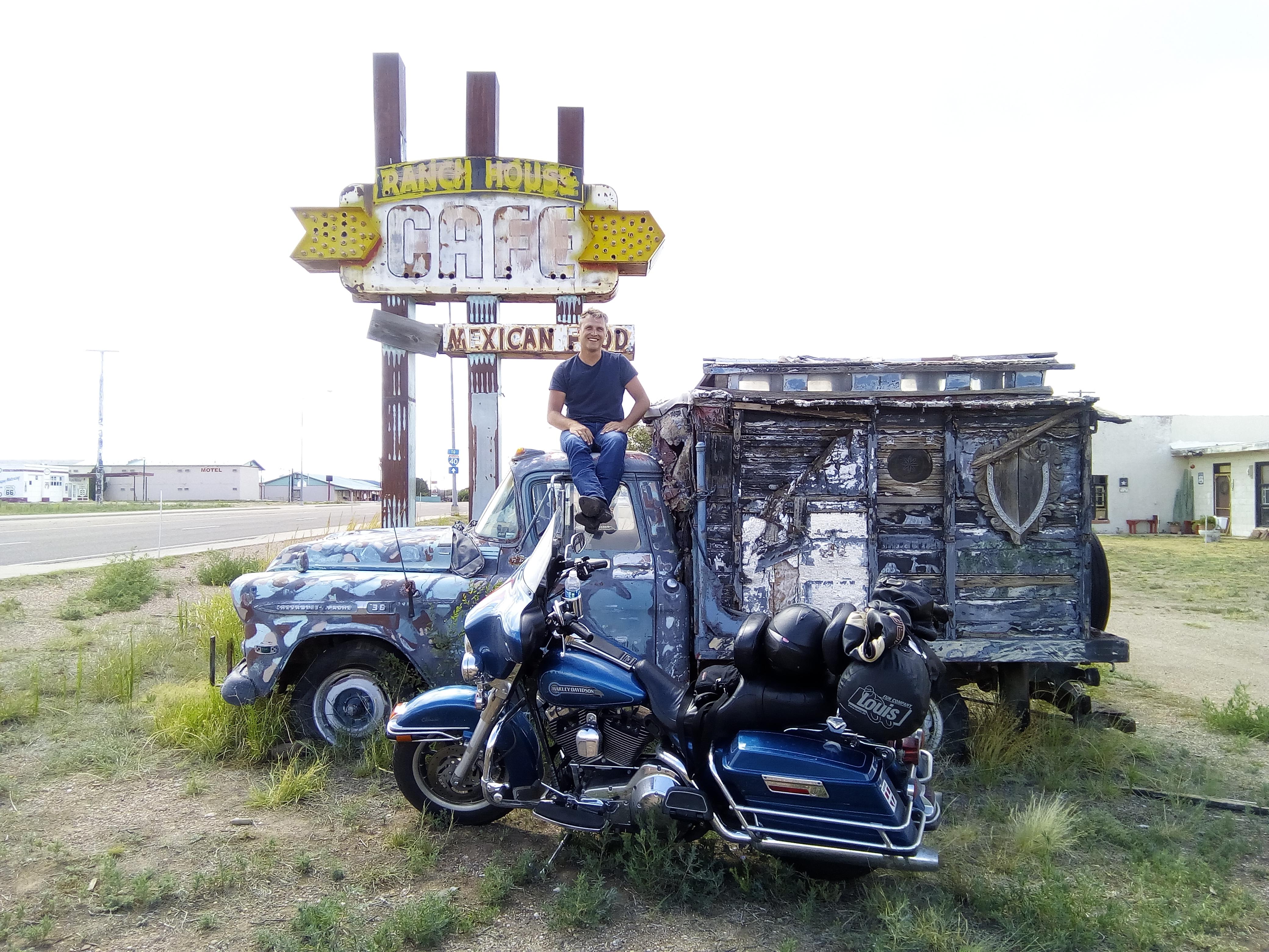 Arthur, guide touristique aux US, souriant sur le toit d'un camion