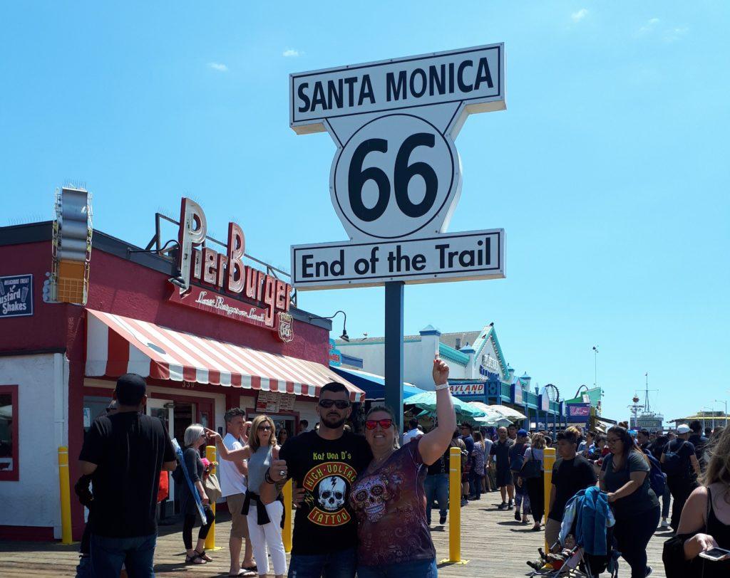 Amanda et Frédéric à Santa Monica, sous le panneau de la route 66