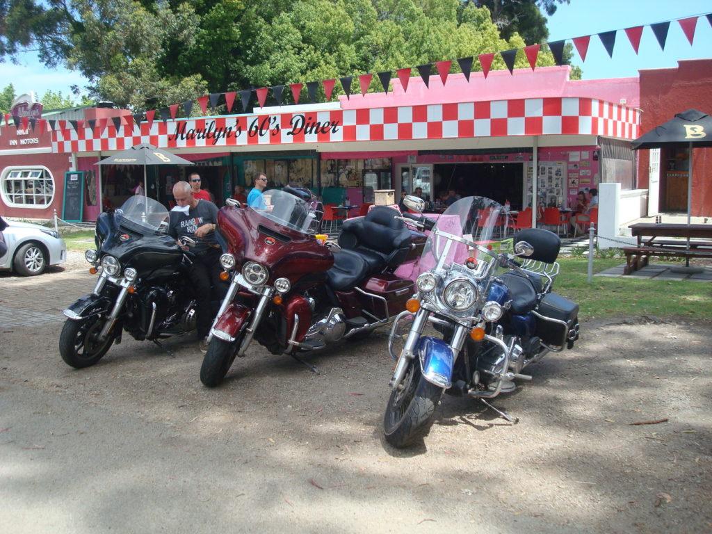 Une ligne de Harley au Marilun's 60's Diner
