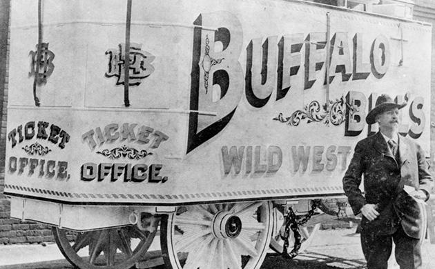 Buffalo Bill devant sa caravane