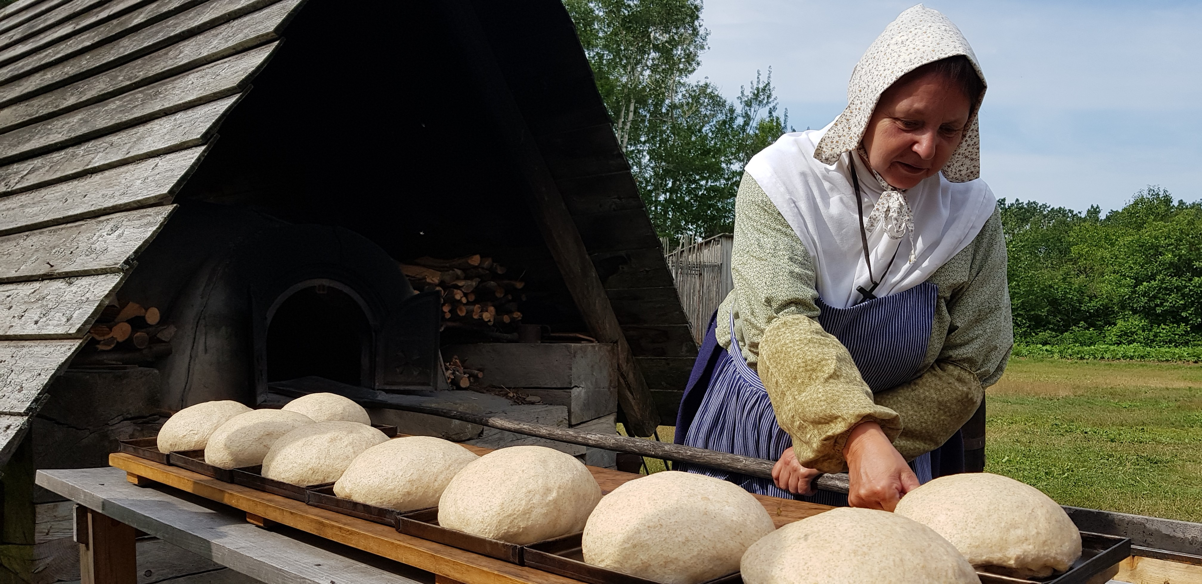 Boulangère travaillant son pain