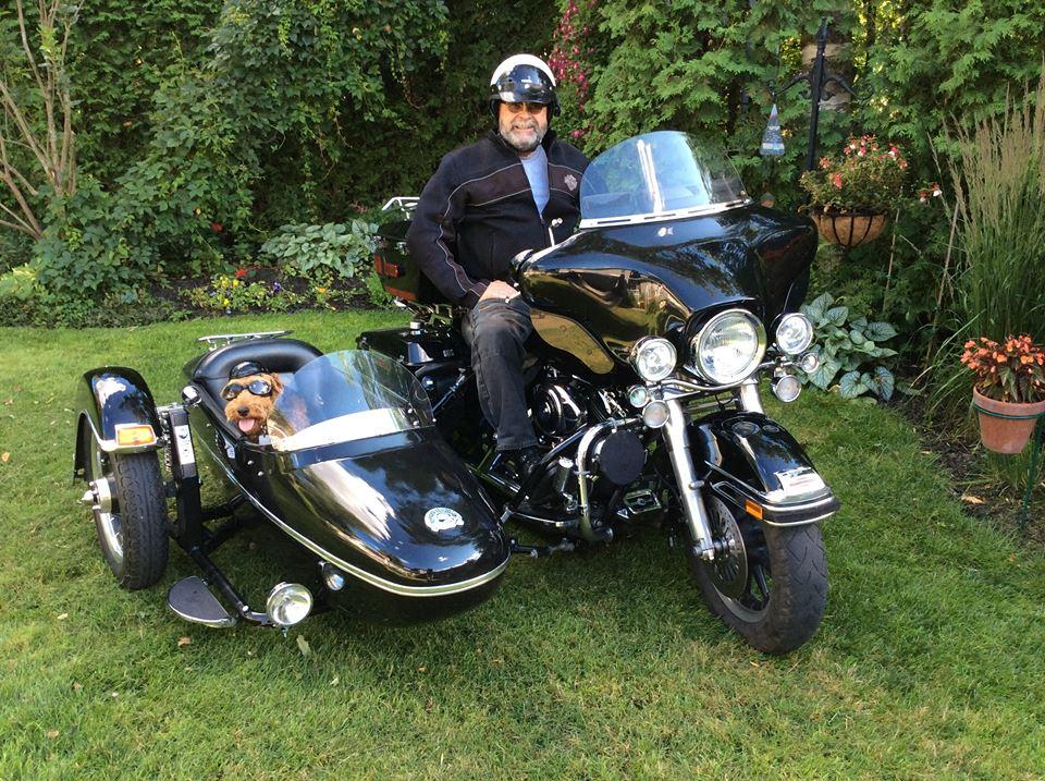 Normand, expert de l'Est Américain et son chien à moto