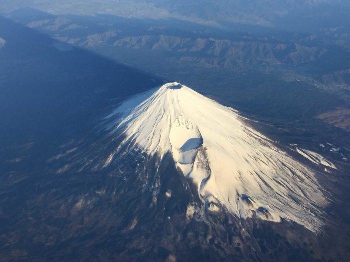Le haut du mont Fuji, on aperçoit le cratère du volcan