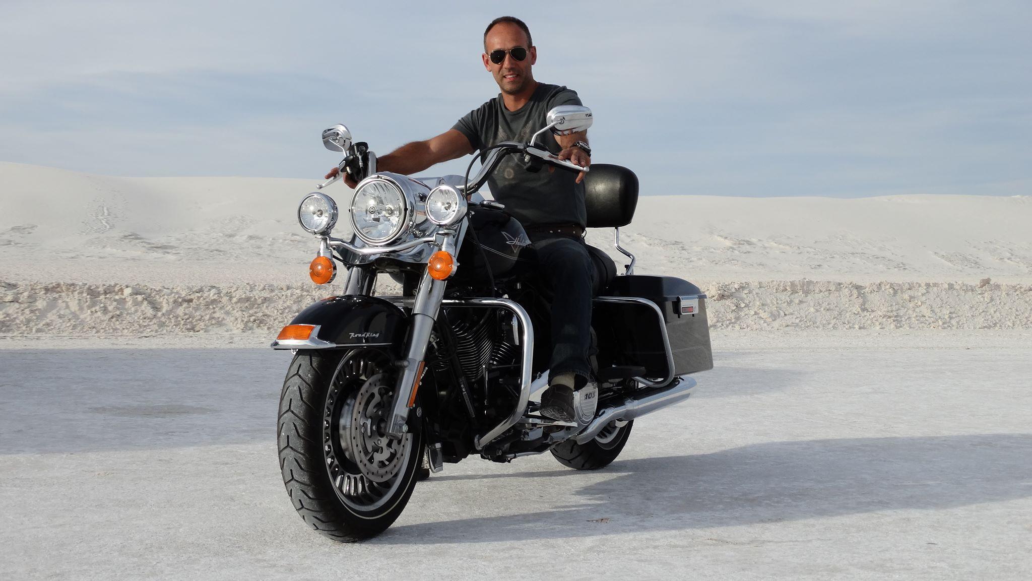 Abel, guide en moto, le sourire aux lèvres