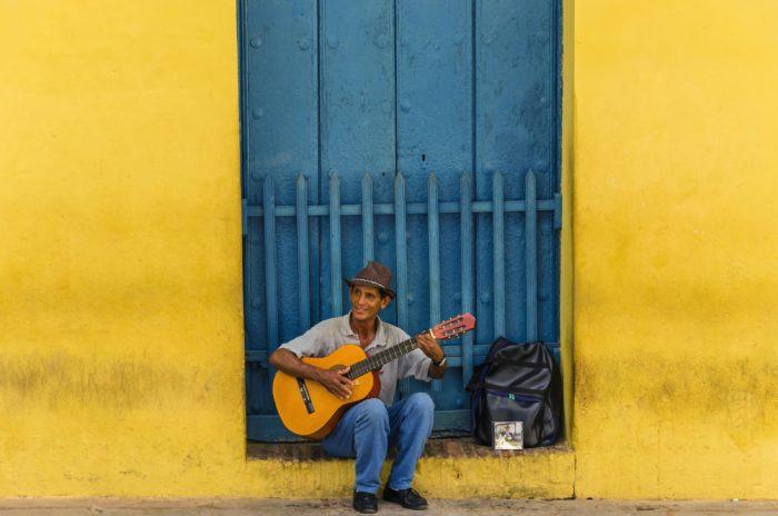 Un cubain jouant un air de guitare